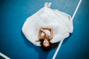 ウェディングドレスを着たブライダルモデルの写真