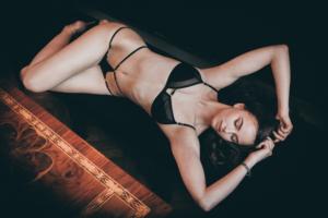 セクシーな水着姿の女性の画像