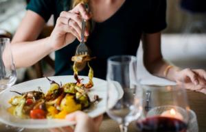 健康的な食事を食べている画像