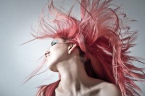 モデルっぽい派手な髪型の女性