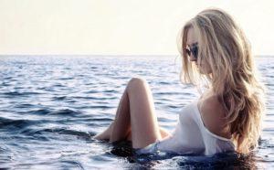 水につかっている女性の画像